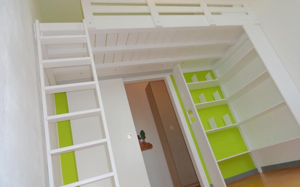 Sie können kein Hochbett finden, welches Ihren Bedürfnissen entspricht? Bei uns bekommen Sie Ihr eigenes maßgefertigtes Hochbett. Ihr neues Kinderzimmer: Hochbett in weiß Lack 1,2 x 3,0m mit Eckregal, einem Geheimpodest und Regalen auf dem Hochbett sowie einer integrierten Schiebetür!