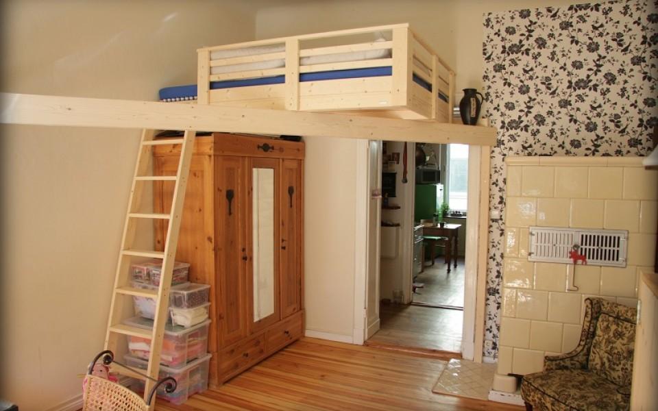 Gemütliches Hochbett ohne Raumpfosten durch integrierten Diagonalbalken. Hierbei handelt sich um eine Bettgröße von 1,4 x 2,0 m mit Naturdielen als Auflage. Ab 1700,-