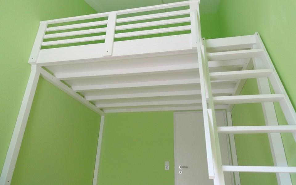 Der Klassiker, ein gemütliches Hochbett in weiß, Boden aus Multiplex, fertig montiert ab 2.900,-